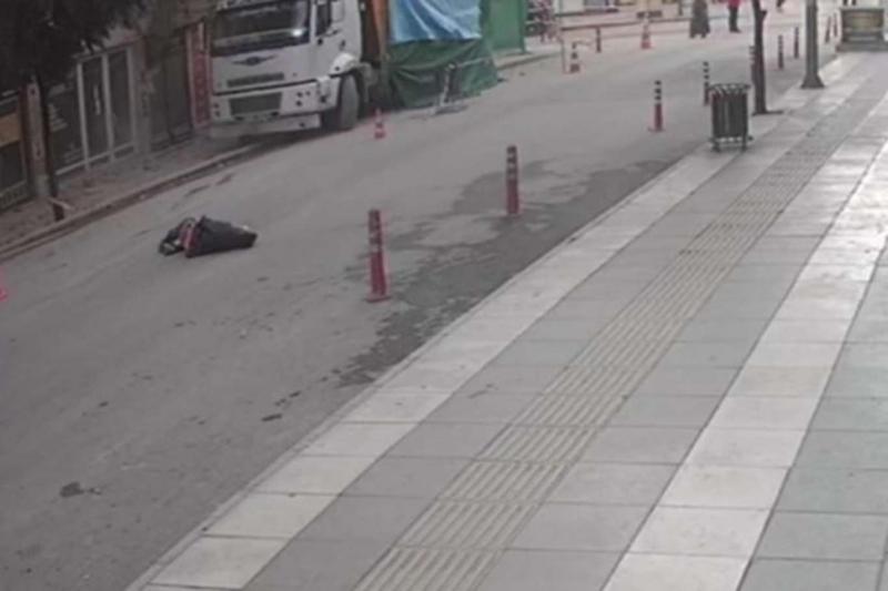 Depreme yakalanan adamın aşağıya atlama anı güvenlik kamerasına yansıdı