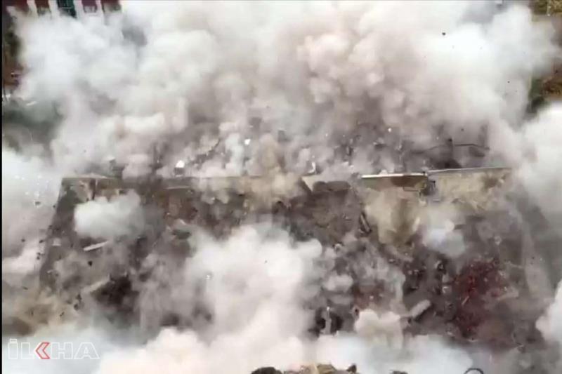 Elazığ'da binaların yıkım anları kameralar tarafından kaydedildi