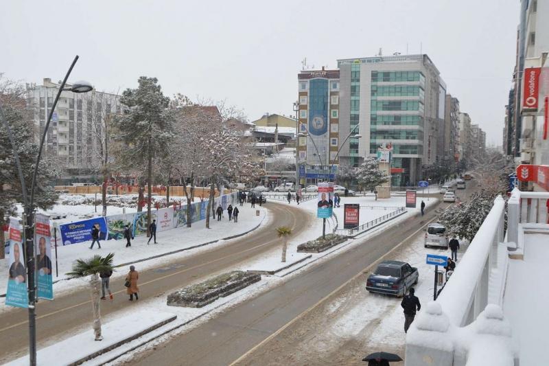 Elazığ'da kar yağışı devam ediyor