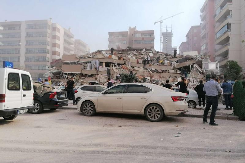 İzmir'deki depremde bazı binalar yıkıldı