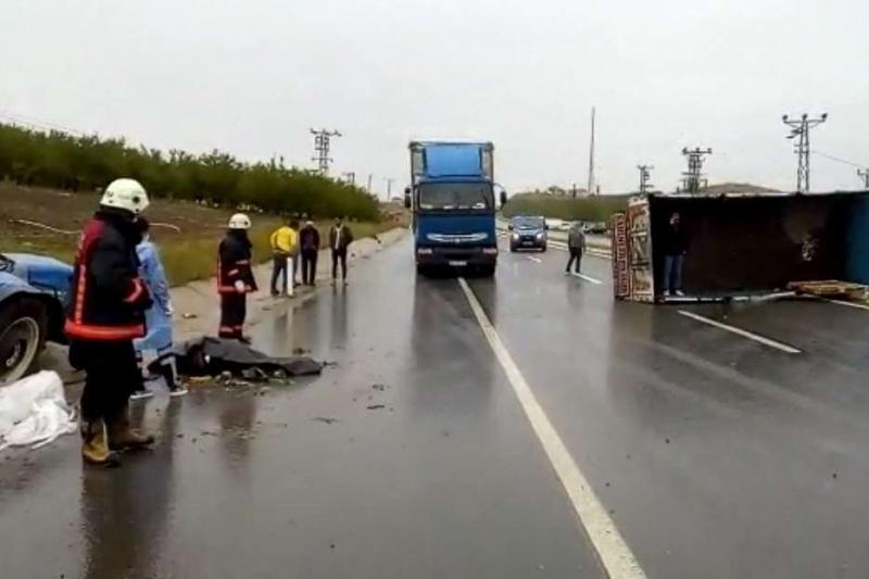 Kamyon ile traktörün karıştığı kazada 1 ölü