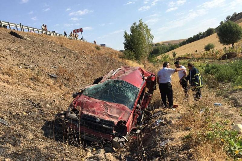 Kovancılar`da bariyerlere çarpan otomobil dereye yuvarlandı: 5 yaralı