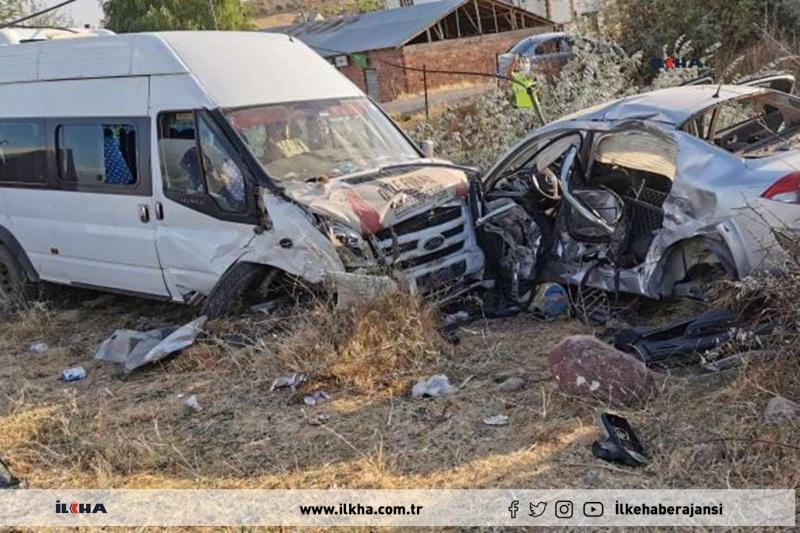 Kovancılar`da Karşı şeride geçen minibüs otomobille çarpıştı: 2 yaralı