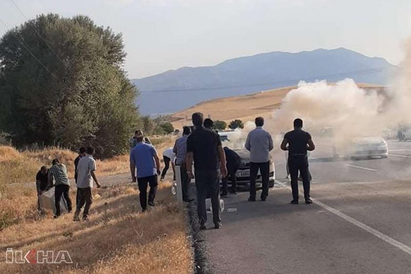 Kovancılar`da seyir halindeki otomobil alev aldı