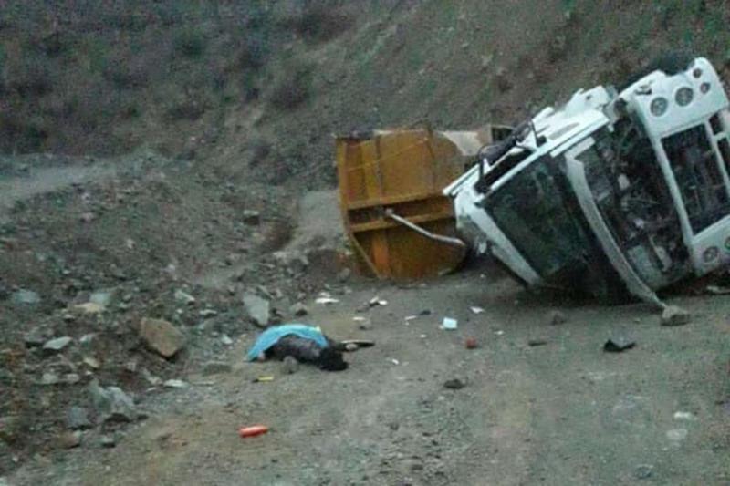 Şarampole yuvarlanan tırın şoförü hayatını kaybetti